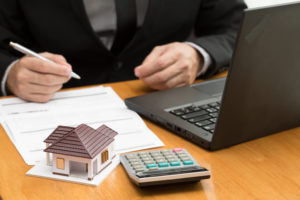 broker calculates different refinancing options for his client